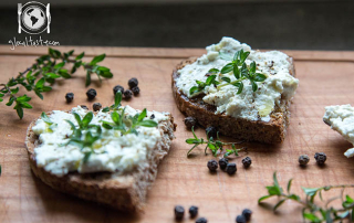 bruschette-ricotta-fresca-erbe